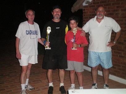 La pareja ganadora Herrero - Velez junto a miembros de la subcomisión de tenis.