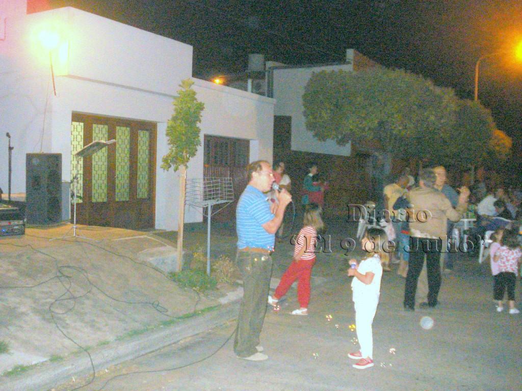 Oscar Amantea amenizando la fiesta.