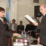 Guillermo Rodríguez presta juramento como concejal electo.