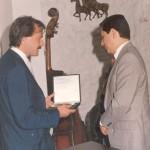 Entregando un presente al Embajador de México en Argentina, licenciado Ovella Fernández, en ocasión de su visita a 9 de Julio, en 1985. En esa oportunidad se le impuso el nombre de «República de México» a una calle del Barrio Parque «Julio de Vedia».