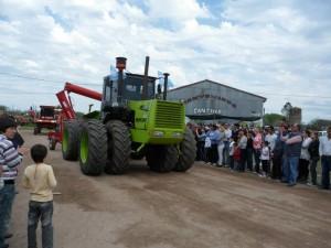 Desfile de maquinaria agrícola en el sector de la Expo.