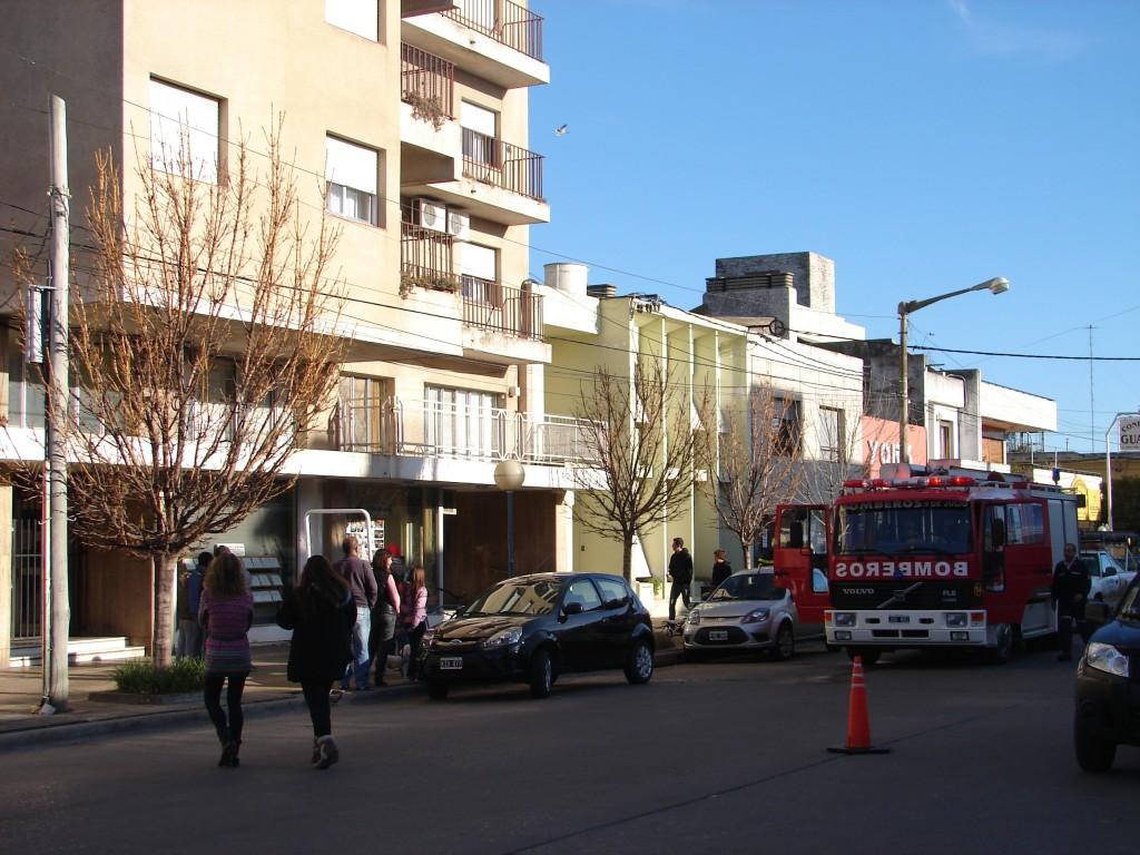 bomberos en edificio mitre
