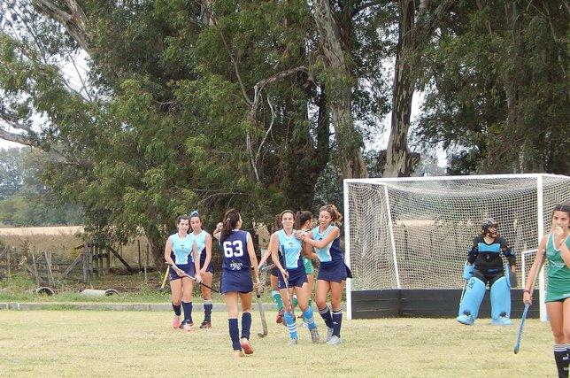 Jugadoras de San Martin en 6ta celebra el tercer gol  logrado con buen juego