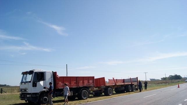 En Ruta 65: volcó el acoplado de un camión