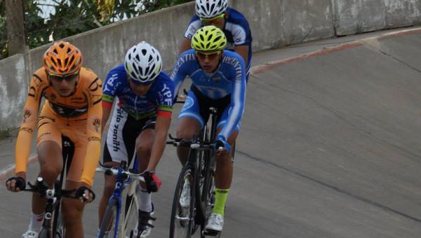 Agustin-Martinez-el-segundo-del-peloton-durante-los-entrenamientos-en-Rafaela-600x340