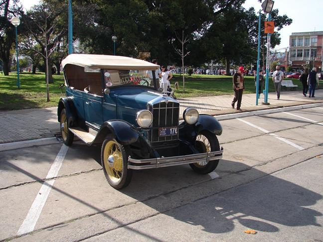 Autos antiguos y vehículos legendarios en la expo de 9 de Julio