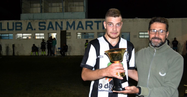 Jose Mignes entregando el trofeo de Sub Campeon al capitan de French