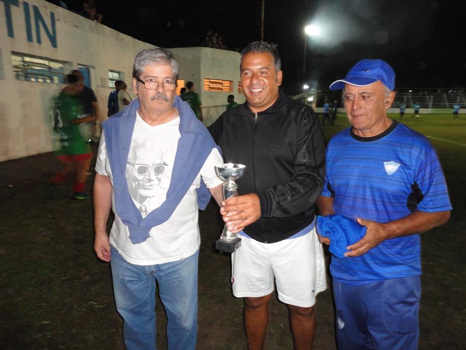 Mauro Sanders DT de Agustin Alvarez recibiendo trofeo de manos de Martin Baztarrica y Ruben Ferreyra