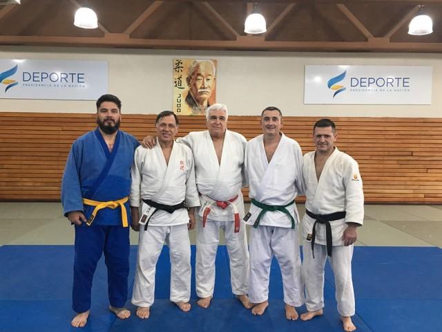 Jorge Mastroliberto, Santiago Falco y Dario Rambosio (vestimenta azul) junto a Sensei que birndaron la clinica