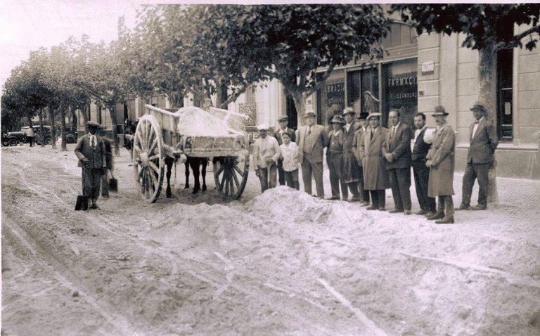 Vecinos de 9 de Julio juntando ceniza en abril de 1932.