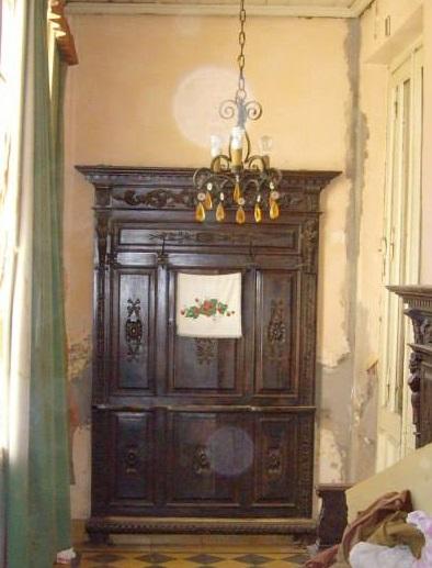 Mueble para colgar sombreros, también con bastonero y paragüero incompleto. El mismo se encontraba en la casa de Nicolás H. Robbio, hoy demolida. Fotografía: Sociedad de Arquitectos de 9 de Julio.